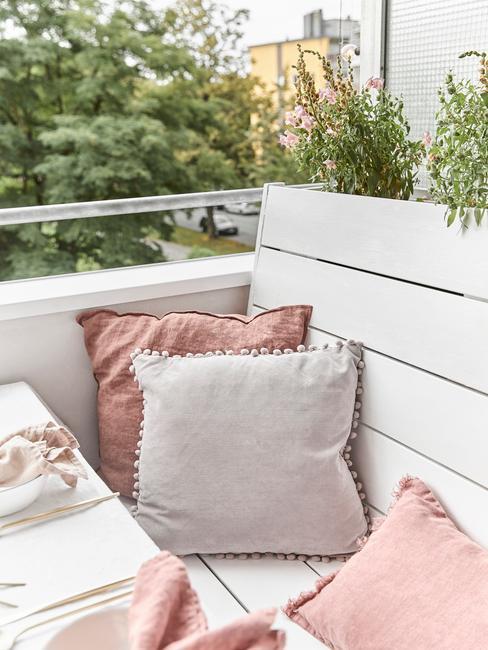 witte en roze kussens