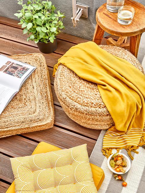 rieten vloerkussens en gele deken