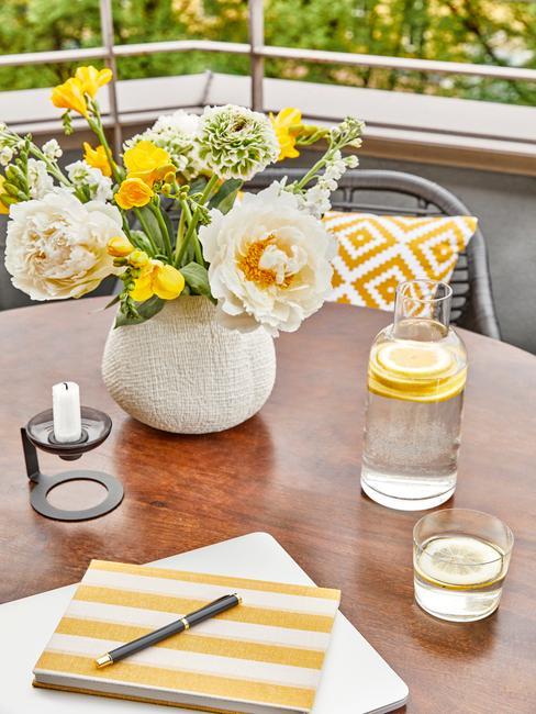 houten tafel met witte vaas