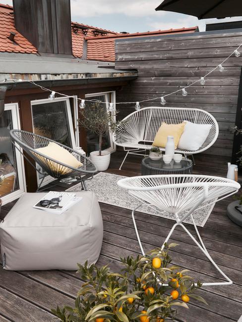 balkon met witte meubels en plant