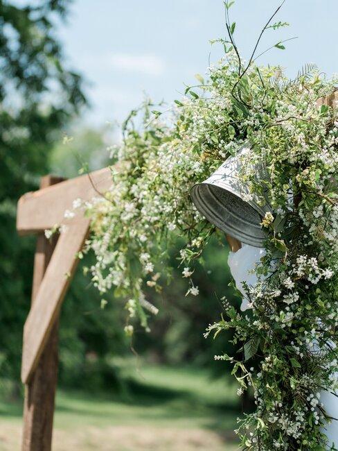bruiloft prieel en bel met bloemen