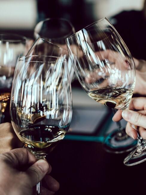 wijnglazen die klinken