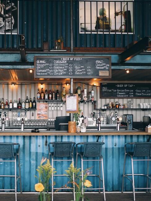 Blauwe bar met houten blad