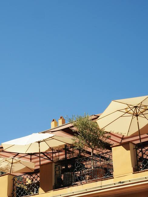 balkon met beige parasol