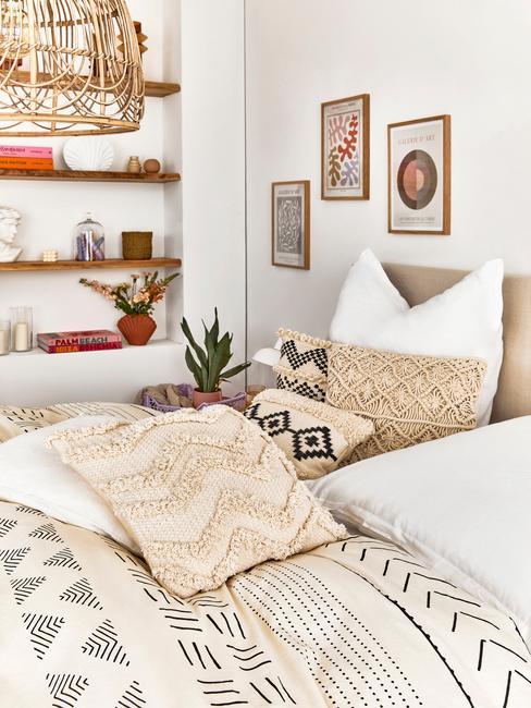 beige bed met boho deken