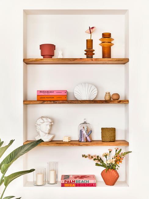 houten schappen met accessoires