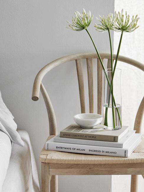 houten stoel met boeken