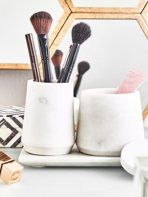 make up kwasten in een marmeren beker