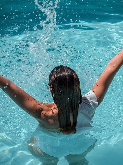 vrouw in een zwembad