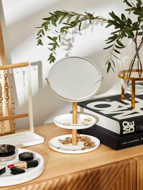 Witte spiegel op een houten kast