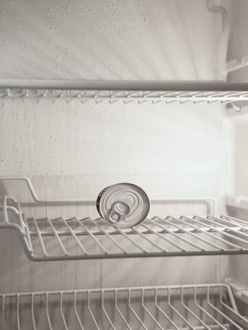 witte koelkast met wit blikje