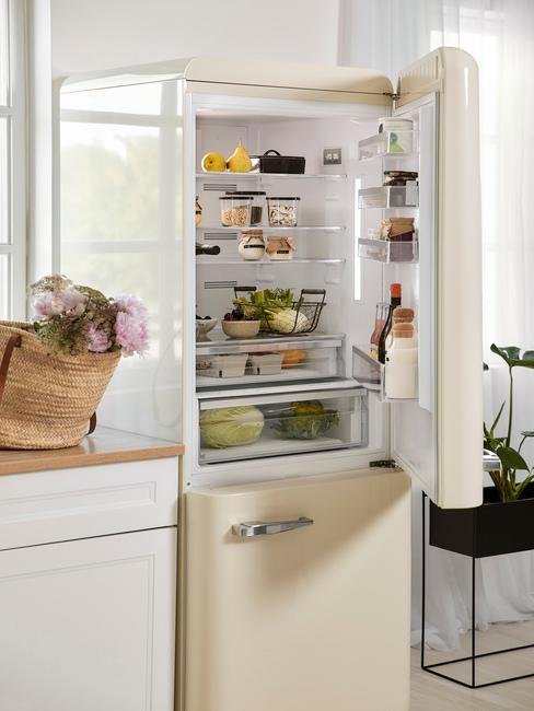 Creme witte koelkast