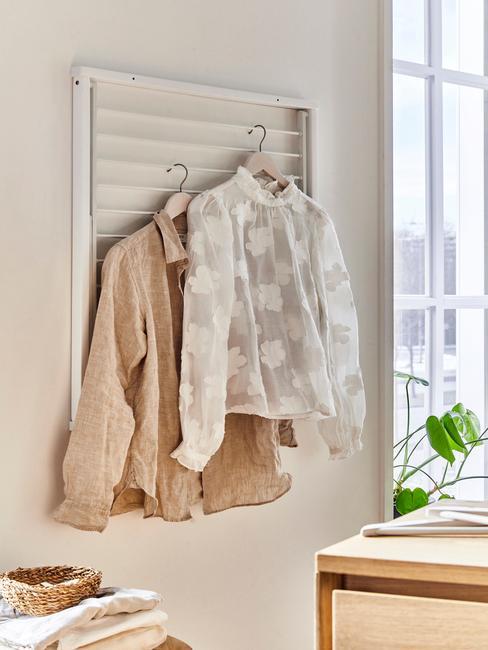 twee blouses aan rek