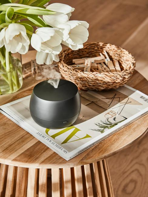 houten bijzettafel met een zwarte vaas
