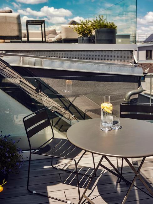 zwarte balkonset met een glas