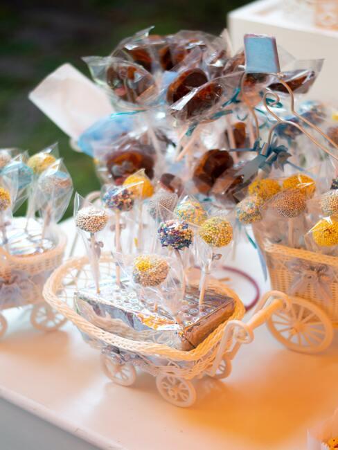 snoepjes ingepakt in mandjes voor een babyshower