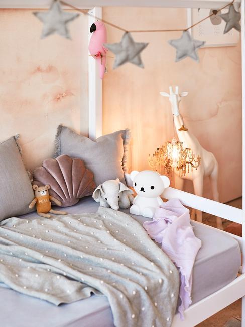 kinderslaapkamer met speelgoed