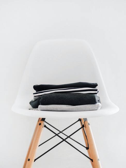 witte stoel met grijze kleding