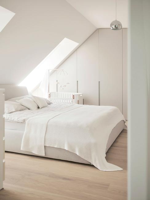 beige bed met witte lakens