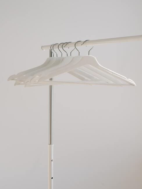 witte houten hangers