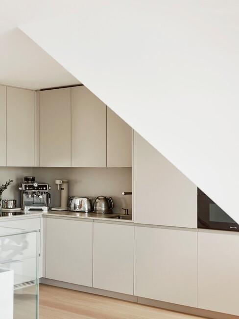beige keuken met schuine muur