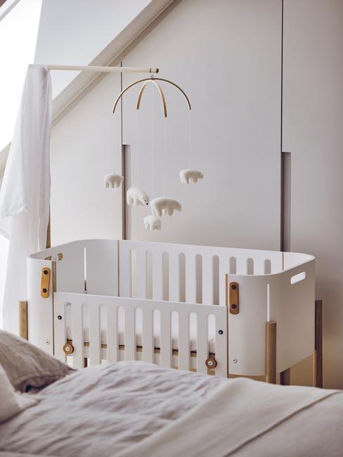 babykamer met witte ledikant