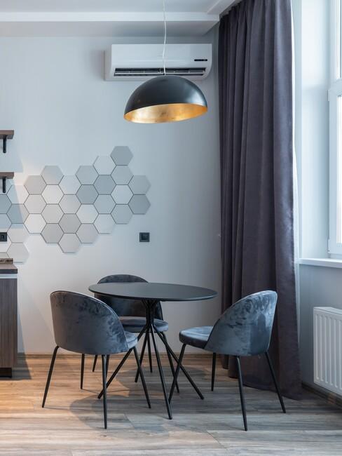 zwarte ronde tafel met blauwe stoelen