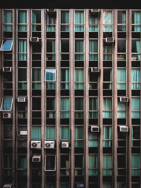 gebouw met airco's