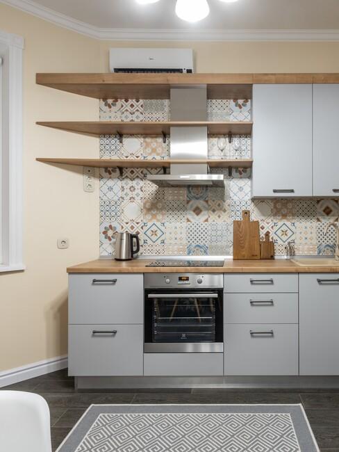 witte keuken met houten planken