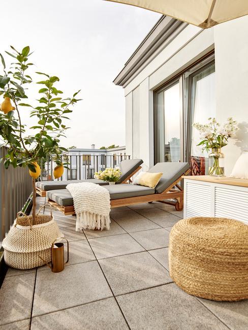 houten ligbedden en grijze tuinkussens