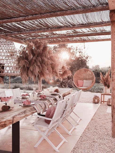 witte stoelen aan houten tafel