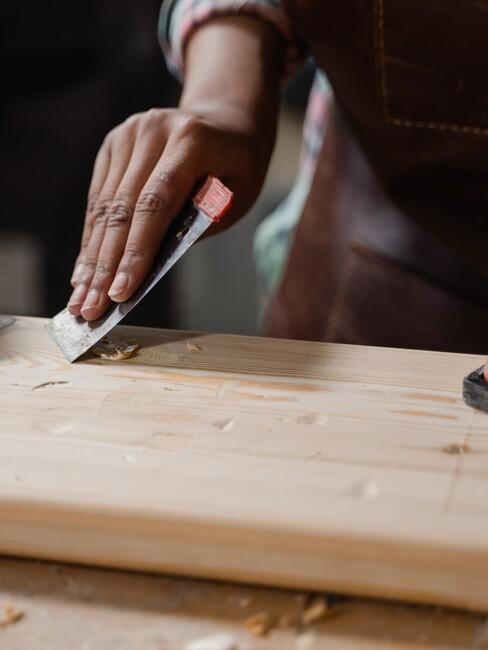 schuren van een houten plank