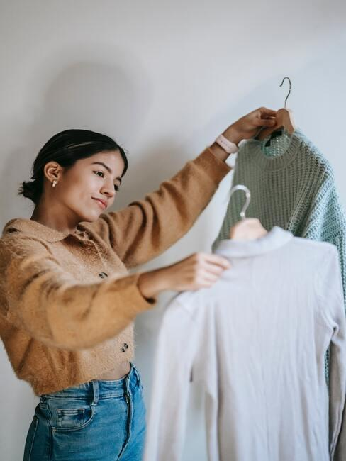vrouw met truien vast