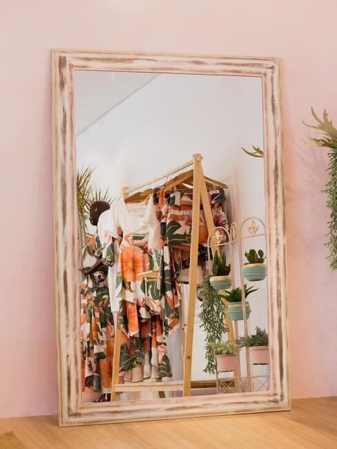 roze muur met grote spiegel
