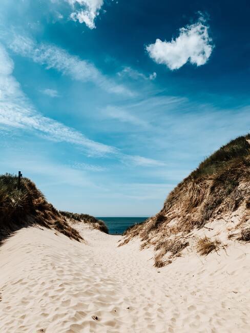 van de duinen naar het strand