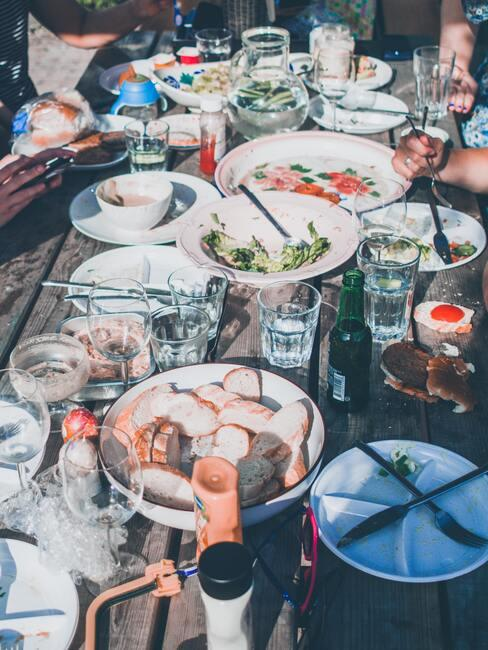 tafel vol eten