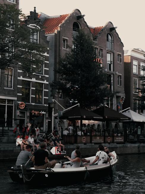 bootje door Amsterdam