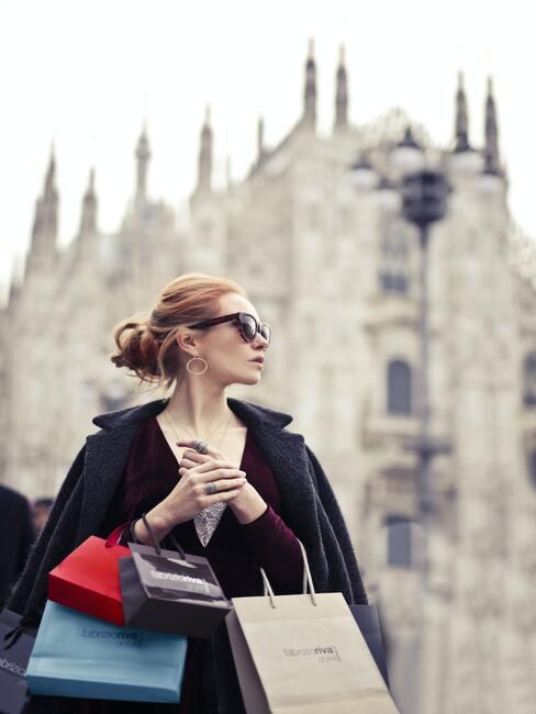 vrouw die aan het shoppen is