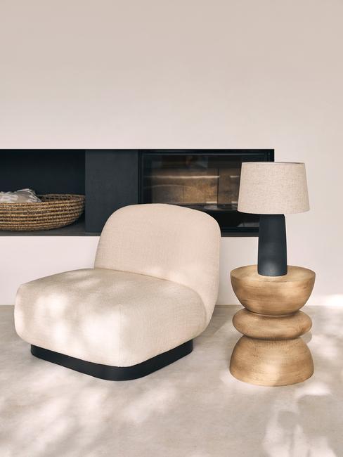 beige stoel met houten tafel met lamp