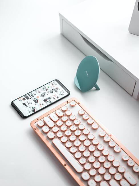 roze toetsenbord en telefoon