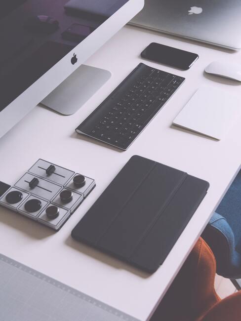 bureau met apparaten