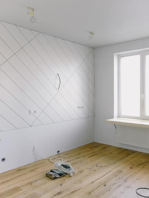 witte muur met kabels