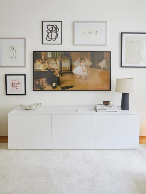 televiesie met schilderijen eromheen