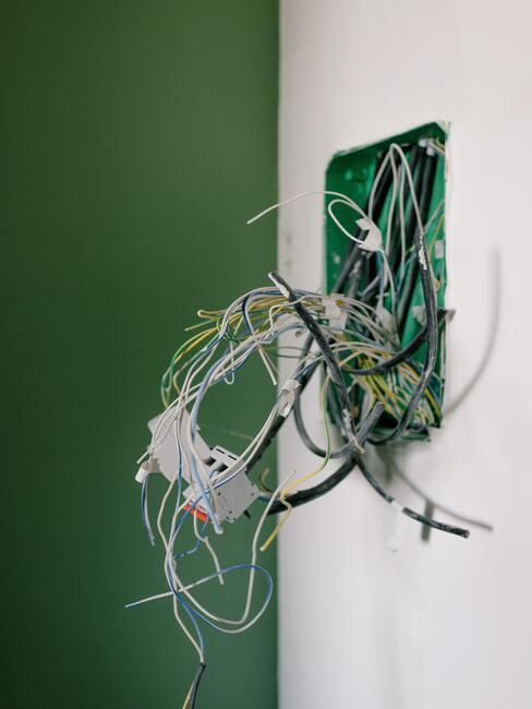 kabels uit de muur