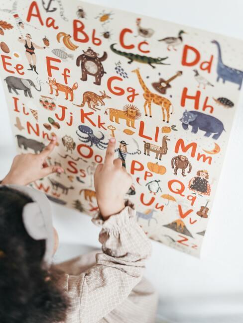 kind wijst iets op een poster aan