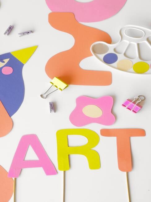gekleurde letters en vormen