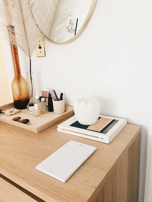 houten bureau met een boek en sieraden