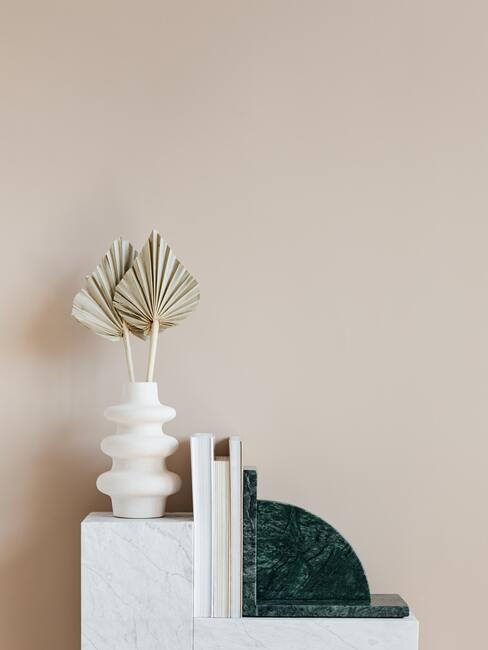 witte vaas op marmeren tafel
