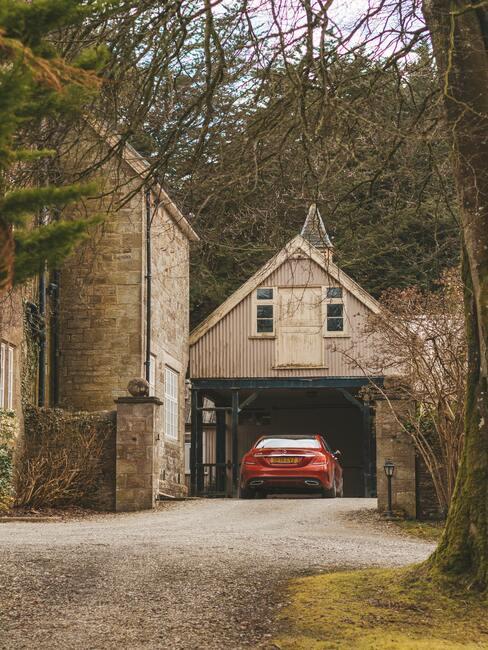 rode auto voor garage