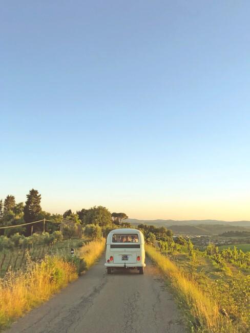 volkswagen busje op een landweg